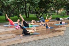 Yoga en parc Image stock