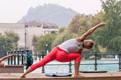 Yoga en parc Photo stock