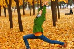 Yoga en parc d'automne photographie stock