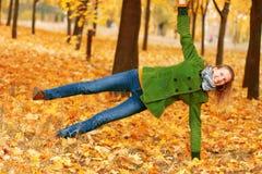 Yoga en parc d'automne image stock