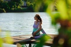 Yoga en parc, extérieur avec la lumière d'effet, femme de santé, femme de yoga Concept de mode de vie et de relaxation sains images stock