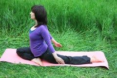 Yoga en parque Fotografía de archivo libre de regalías