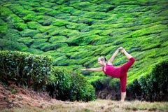 Yoga en plantaciones de té imágenes de archivo libres de regalías