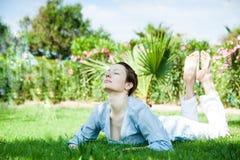 Yoga en stationnement Photos libres de droits