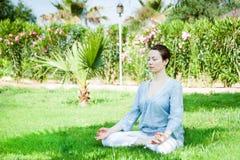 Yoga en stationnement Photographie stock libre de droits