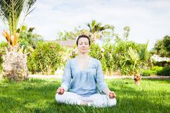 Yoga en stationnement Photo stock