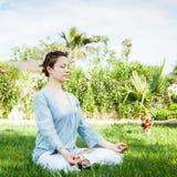 Yoga en stationnement Photos stock