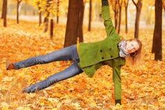 Yoga en stationnement images stock