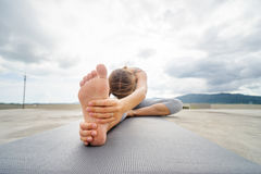 Yoga en tejado fotos de archivo