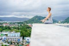 Yoga en tejado Foto de archivo libre de regalías