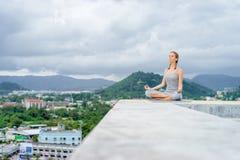 Yoga en tejado Imágenes de archivo libres de regalías