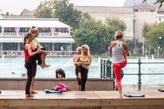 Yoga en un parque Fotos de archivo libres de regalías