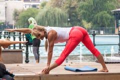 Yoga en un parque Imágenes de archivo libres de regalías