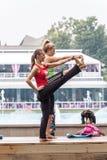 Yoga en un parque Imagen de archivo libre de regalías