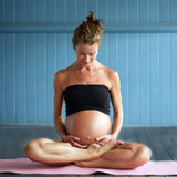 Yoga enceinte Photo libre de droits