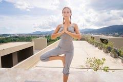 Yoga encendido él tejado Fotografía de archivo