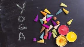 Yoga, encens et bougies sur la configuration d'appartement de panneau de craie Photos libres de droits