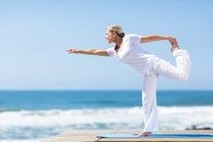 Yoga envejecida centro de la mujer imagen de archivo