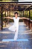 Yoga envejecida media de la mujer imagen de archivo libre de regalías