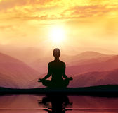 Yoga et méditation Silhouette dans la montagne Photographie stock libre de droits