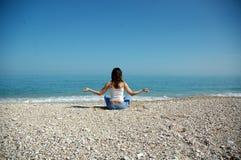 Yoga et mer Photographie stock