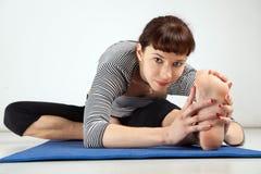 Yoga excersising de jeune femme Photographie stock libre de droits