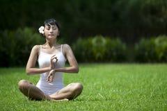 Yoga extérieur Image libre de droits