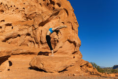 Yoga extérieur sur la roche Photo stock