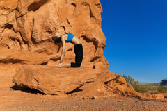 Yoga extérieur sur la roche Photographie stock libre de droits