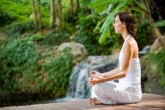 Yoga exterior fotos de archivo libres de regalías