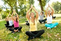 Yoga extérieur Photographie stock libre de droits