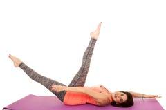 Yoga för äldre kvinna på baksida lägger benen på ryggen upp armar ut Royaltyfri Fotografi