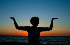 yoga för 2 afton fotografering för bildbyråer