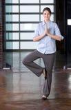 yoga för affärskvinnaarbete Royaltyfri Fotografi