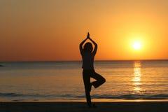 yoga för avivstrandtelefon Royaltyfria Bilder