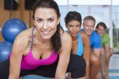 yoga för interracial folk för grupp övande Arkivbild
