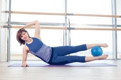 yoga för kvinna för stabilitet för pilates för bollkonditionidrottshall Arkivbild