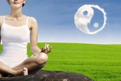 Yoga för närbildkvinnaövning royaltyfria foton