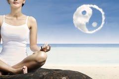 Yoga för närbildkvinnaövning på stranden royaltyfri foto