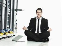 yoga för server för lokal för övning för nätverk för affärsman Arkivfoto