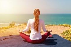 Yoga för ung kvinna på havsstranden Royaltyfri Foto