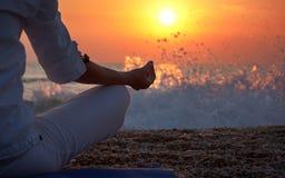 Yoga führt Frauen-Hand einzeln auf stockfoto