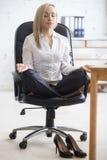 Yoga für Wirtschaftlerentspannung lizenzfreies stockfoto