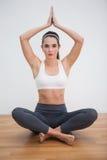 Yoga facente castana adatta a casa Fotografie Stock Libere da Diritti