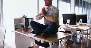 Yoga facente esecutiva maschio in ufficio 4k archivi video