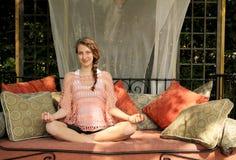 Yoga facente teenager Fotografie Stock Libere da Diritti