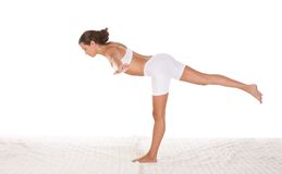 Yoga - femelle dans des vêtements de sport exécutant l'exercice photographie stock libre de droits