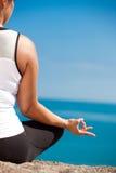 Yoga femelle de pratique en matière de taille positive extérieur photos libres de droits