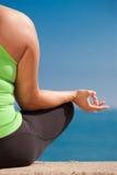 Yoga femelle de pratique en matière de taille positive extérieur image libre de droits