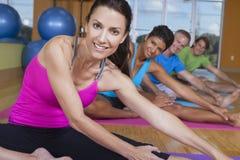 yoga för interracial folk för grupp övande Royaltyfri Fotografi